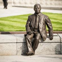Escultura de bronze do homem sentado no banco CLBS-C078T