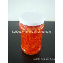 Tranches de poivre rouge doux dans un pot de verre