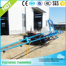 Rociador agrícola montado en tractor de las tierras de labrantío
