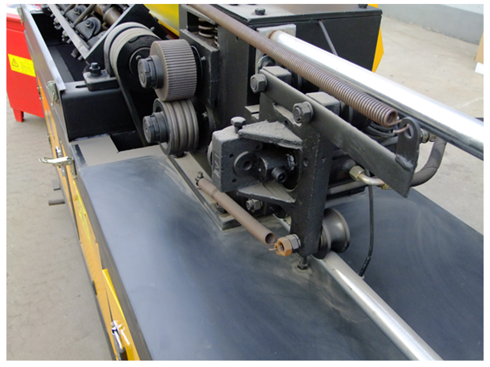 Steel bar straightening and cutting machine detail