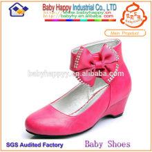 Los niños altos de los zapatos del cabrito calzan el zapato