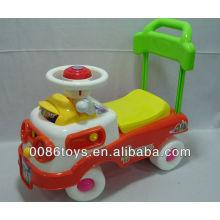 Los niños empujan hacia atrás en los juguetes