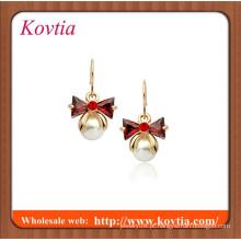 Red bowknot de cristal e pequena pérola dangle brinco banhado a ouro 18k