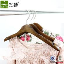 klassischer Kleiderbügel aus ashtree Holz für Damenbekleidung