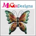 Décoration murale en métal et en verre avec des papillons de couleur vive
