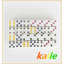 Bloco leve alto do dominó colorido do dobro 6 do ponto na caixa da lata