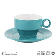 Tasse et soucoupe de glaçage de couleur élégante