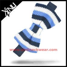 Pajarita de punto blanco seda tricot azul con rayas verticales