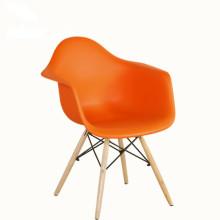 Chaise de salle à manger en plastique avec pieds en bois colorés et siège en PP