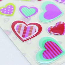 La chaleur formée découpée avec des matrices de coeur d'impression d'étiquette imprimant l'autocollant gonflé d'enfants décoratif