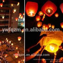 Papel artesanal fantasia voando lanterna do céu