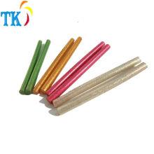 cola quente colorida da colagem do derretimento com pó do glitter usado para artes e ofícios