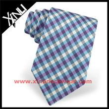 Gravata de seda xadrez azul na dupla urdidura