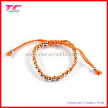 Bracelet populaire à la main avec des perles métalliques