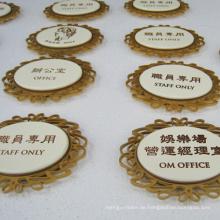 Namensschild aus Stahl im Hotel verwendet
