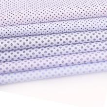 Fondo de popelina blanca con estampado de puntos de tela de lote