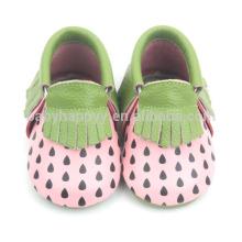 Los mocasines infantiles de la nueva llegada calzan los zapatos de cuero verdaderos de las muchachas lindas