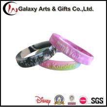 Baixo MOQ plástico em relevo Silicone pulseiras personalizadas