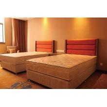 Conjunto de muebles de dormitorio del hotel con cama doble
