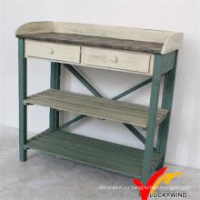 Старомодная старинная деревянная скамья и стол