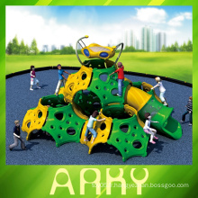 Les enfants glissent pour un terrain de jeu en plein air