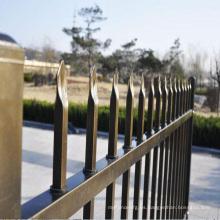 niños de valla de aluminio horizontal juegan cerca