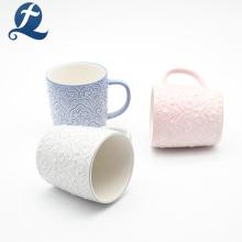 Taza de cerámica de la relevación del diseño moderno de las ventas calientes con la manija