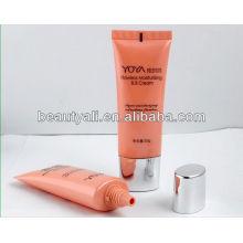 Упаковка косметических BB-кремовых туб с пластифицированной крышкой