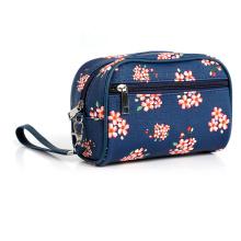 Productos comunes de la bolsa de cosméticos pequeñas flores rotas