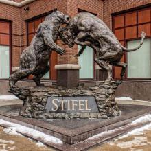 grande estátua de touro de urso de metal cobre ao ar livre