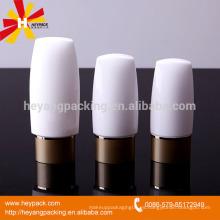 Botella plástica al revés de la protección solar