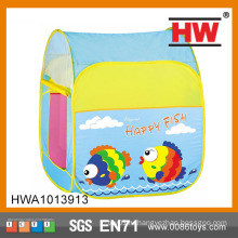 Счастливые дети из рыбы, складывающиеся палатки