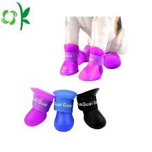 Sapatas impermeáveis da chuva do cão
