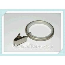 Dentro do forro de metal cortina anéis