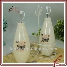 Керамическая бутылка оливкового масла с металлической стойкой