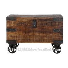 Boîte en bois antique avec roue