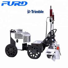 Quatre roues entraînant une chape de contrôle laser automatique