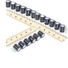 Tamaño miniatura del condensador electrolítico de aluminio de Topmay 25V
