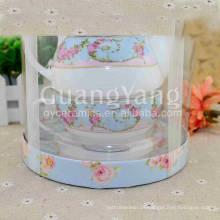 Diversas flores hermosas que imprimen la tetera de cerámica con el colador del té