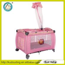 Cômoda confortável bebê com mosquiteiro