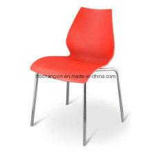 Stuhl aus Kunststoff mit verchromten Bein