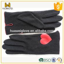 Gants de laine noire mignon sans garniture avec cuir rouge en forme de coeur