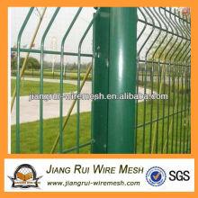 Светло-зеленое ограждение из проволочной сетки с пластиковым покрытием