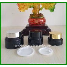 Стеклянная косметическая бутылка с белыми внутренними крышками и черными крышками