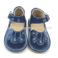 El niño púrpura de los zapatos de los nuevos del estilo de la manera bebé plano embroma los zapatos chillones