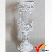 Castiçal de vidro branco antigo do metal do gosto e do vidro