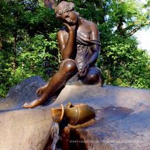 Dame, die ein Glas-Bronzestatue BS102A trägt