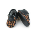 Mocassins interiores do bebê do couro genuíno do leopardo