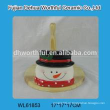 Sostenedor de tejido de cerámica en forma de muñeco de nieve con parte de madera