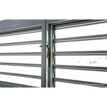 Окно с ламинированной стеклянной жалюзи
